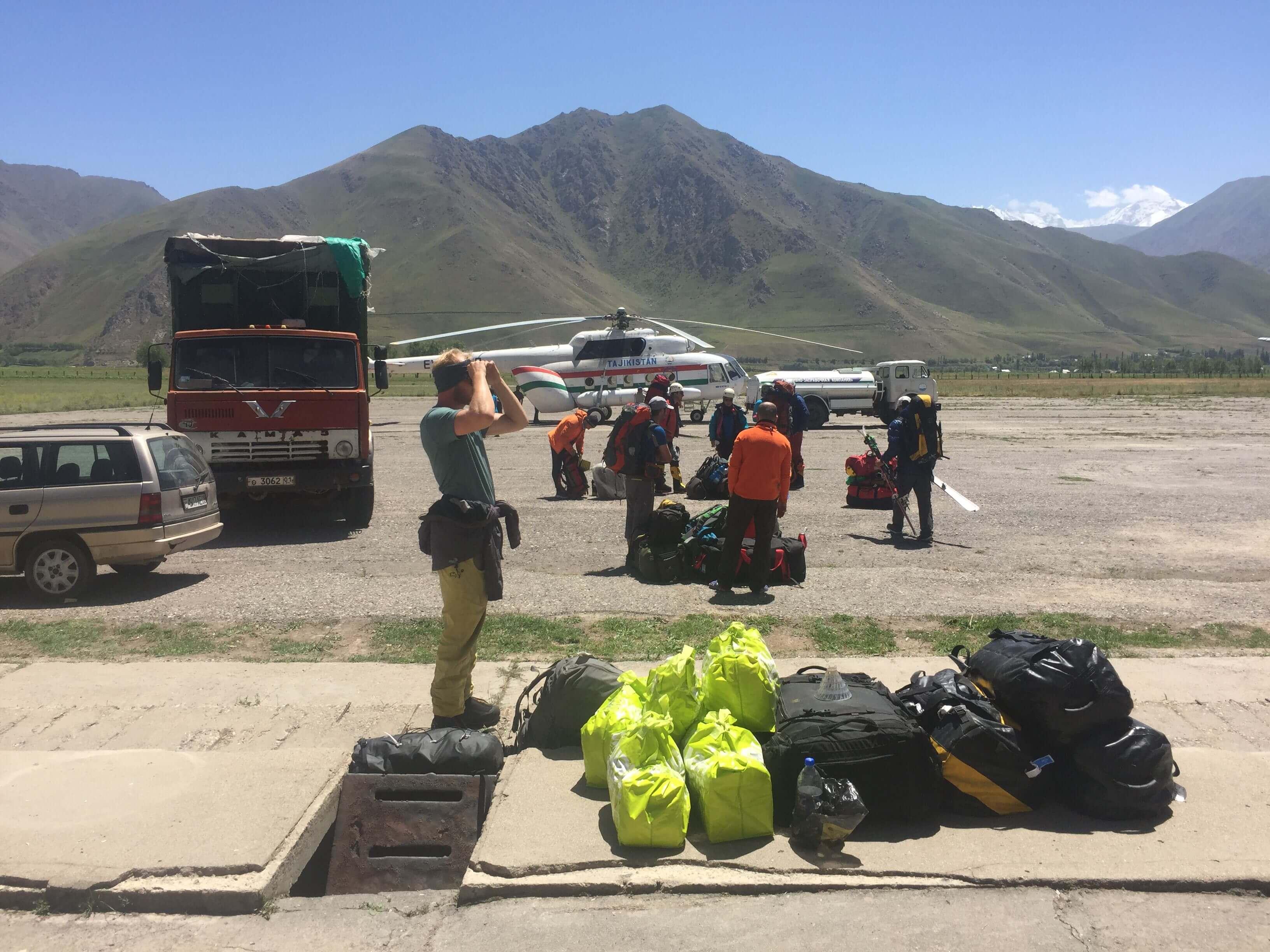 djigital-venter-paa-helikopter-afgang-med-ca-180-kg-bagage