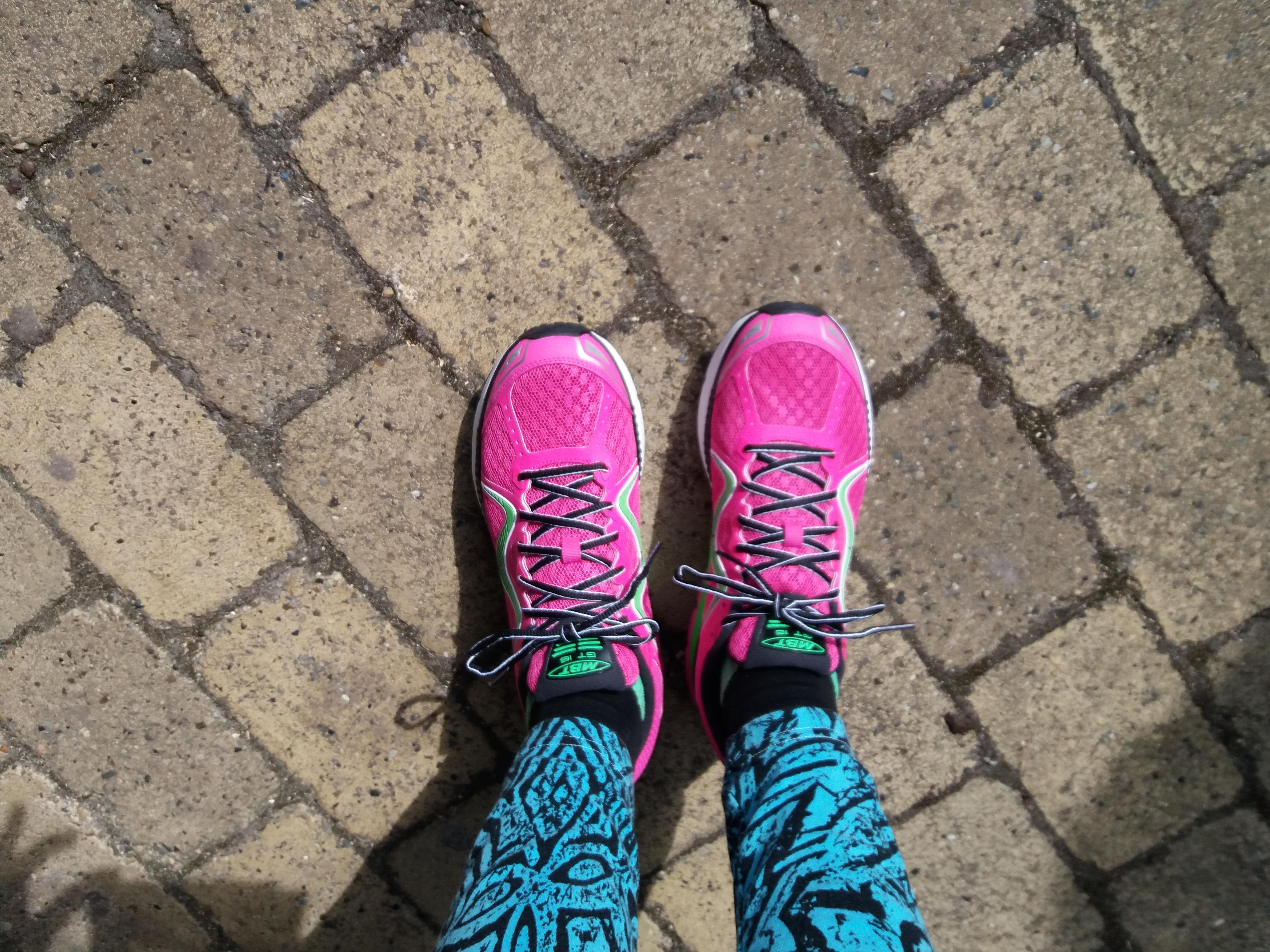 Pink sko lærer fattig kvinde at høre efter